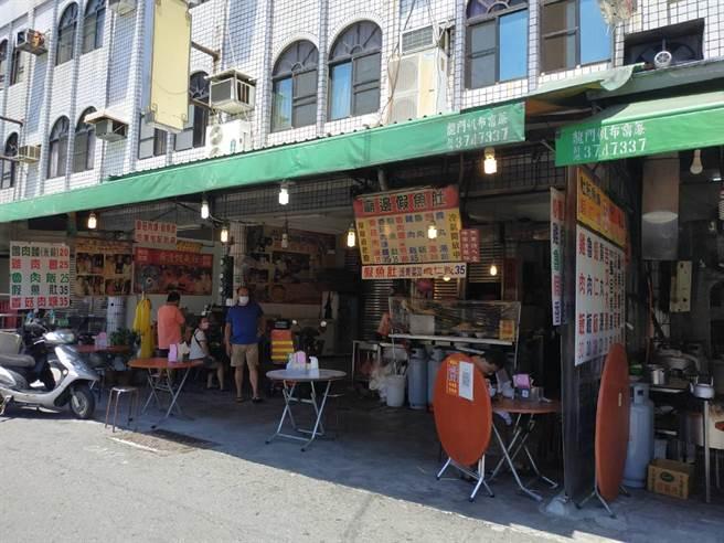 雲林縣北港鎮知名小吃「廟邊假魚肚」開放內用,1桌限1人。(張朝欣攝)