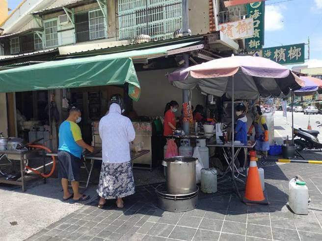 雲林縣北港鎮大部分知名小吃仍不開放內用。(張朝欣攝)