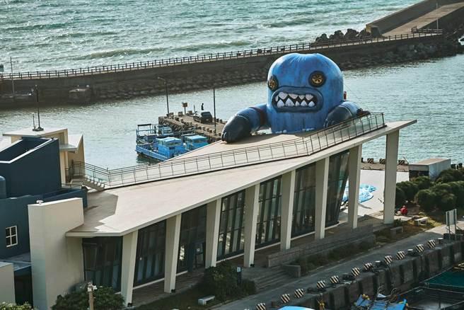 屏東車城鄉海口港出現一座超大玩偶,占據看海美術館屋頂,原來是最新登場「春江獸月夜-阿咧特展」特別打造的裝置藝術。(屏縣府提供/謝佳潾屏東傳真)
