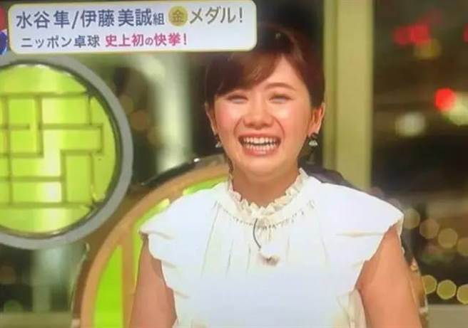 日本隊擊敗大陸隊奪金當下,福原愛笑開懷。(取自微博)