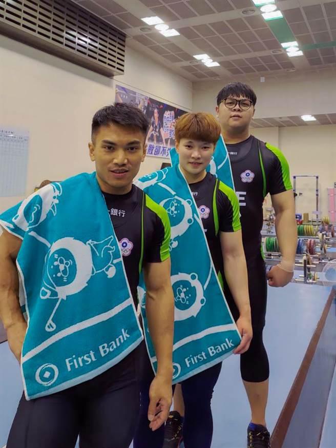 第一銀行舉重隊陳玟卉(中)、謝昀庭(右)、高展宏(左)前進東京奧運。(圖/第一銀行提供)