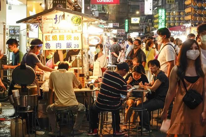 廟口夜市攤商雖依防疫規定設置隔板,但擺法都不一致,有的未落實梅花座安排或保持社交距離。(黃子明攝)