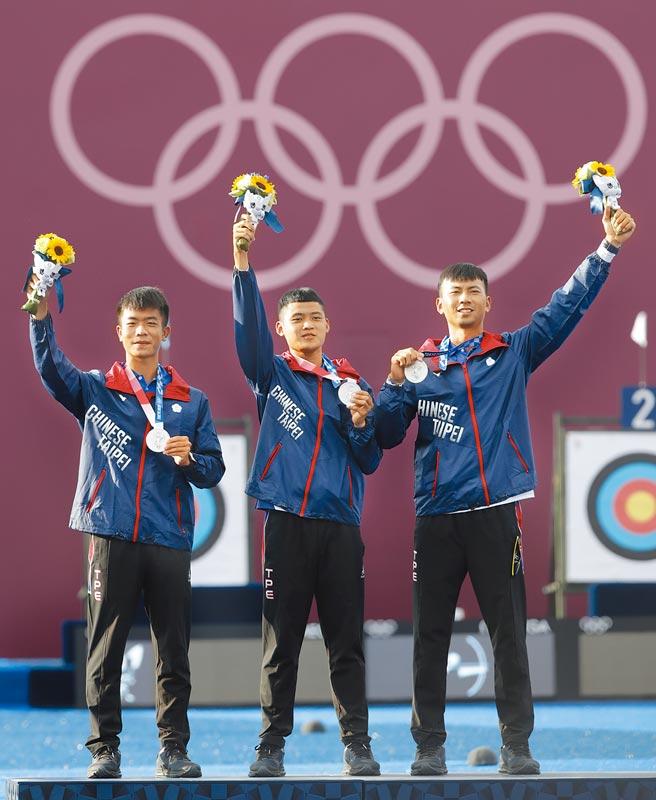 東京奧運26日進行男子團體射箭賽,中華隊魏均珩(右),鄧宇成(左)與湯智鈞(中)獲得銀牌。(季志翔攝)