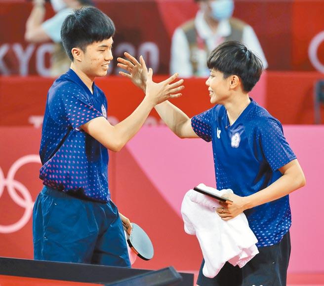 桌球混合雙打比賽,中華隊鄭怡靜(右)與林昀儒(左)擊敗法國對手獲得銅牌。(季志翔攝)