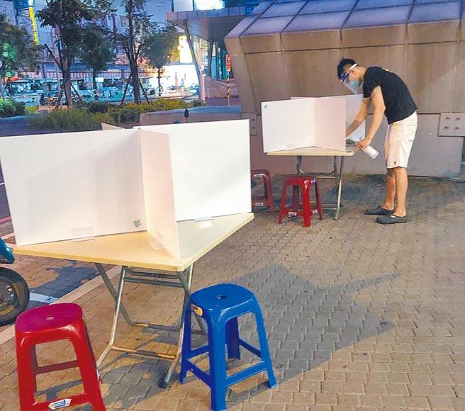 台南市中西區海安路一家滷味攤26日晚間已在座位區放置隔板,準備27日零時警戒降級就開放內用。(程炳璋攝)