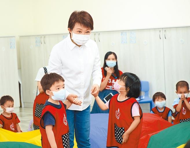 台中市長盧秀燕提出「公幼倍增計畫」,協助年輕家庭的育兒照養負擔。(台中市政府提供)