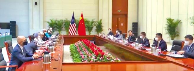 中國外交部副部長謝鋒26日在天津,與美副國卿雪蔓舉行會談。謝鋒直言,中美關係陷入僵局的主因是,美國把中國當成「假想敵」。(摘自鳳凰衛視)