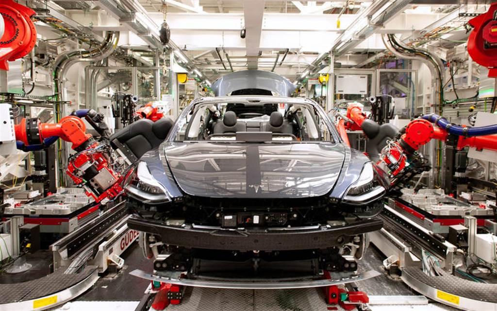 同樣遭遇晶片荒:傳統車廠迫關廠停產,特斯拉用改寫軟體並研發 19 種新控制器度過危機