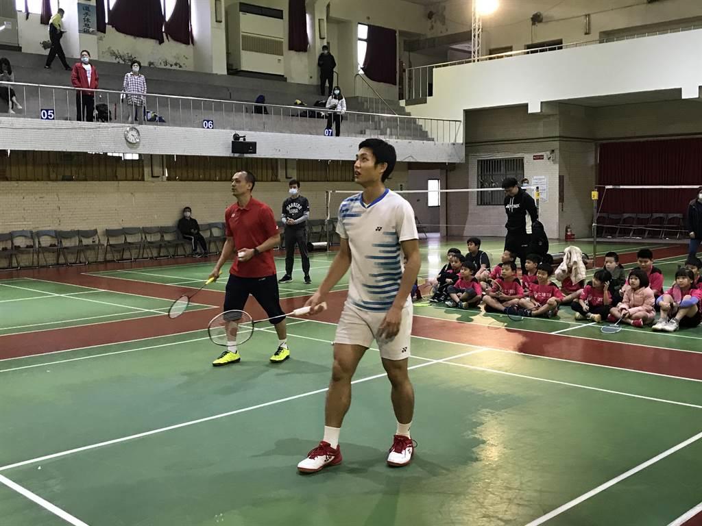 台灣「羽球一哥」周天成回到基隆高中培訓學弟妹,與恩師鄭永成一同對打。(陳彩玲攝)