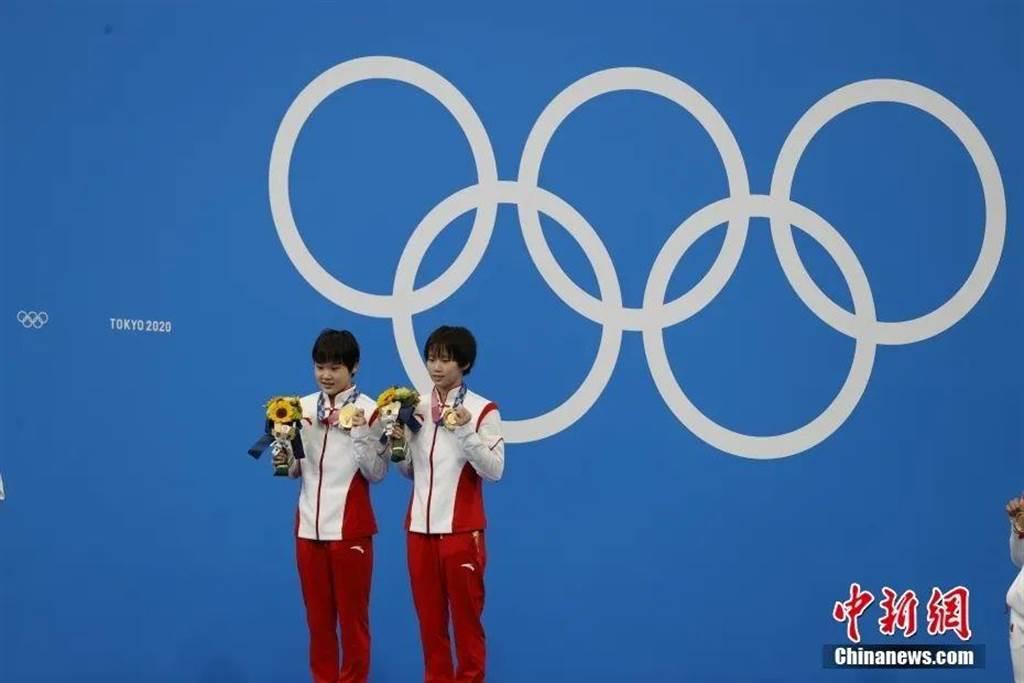 大陸代表張家齊(左)27日和搭檔陳芋汐(右)在東奧女子雙人10公尺跳水奪冠。(中新社)