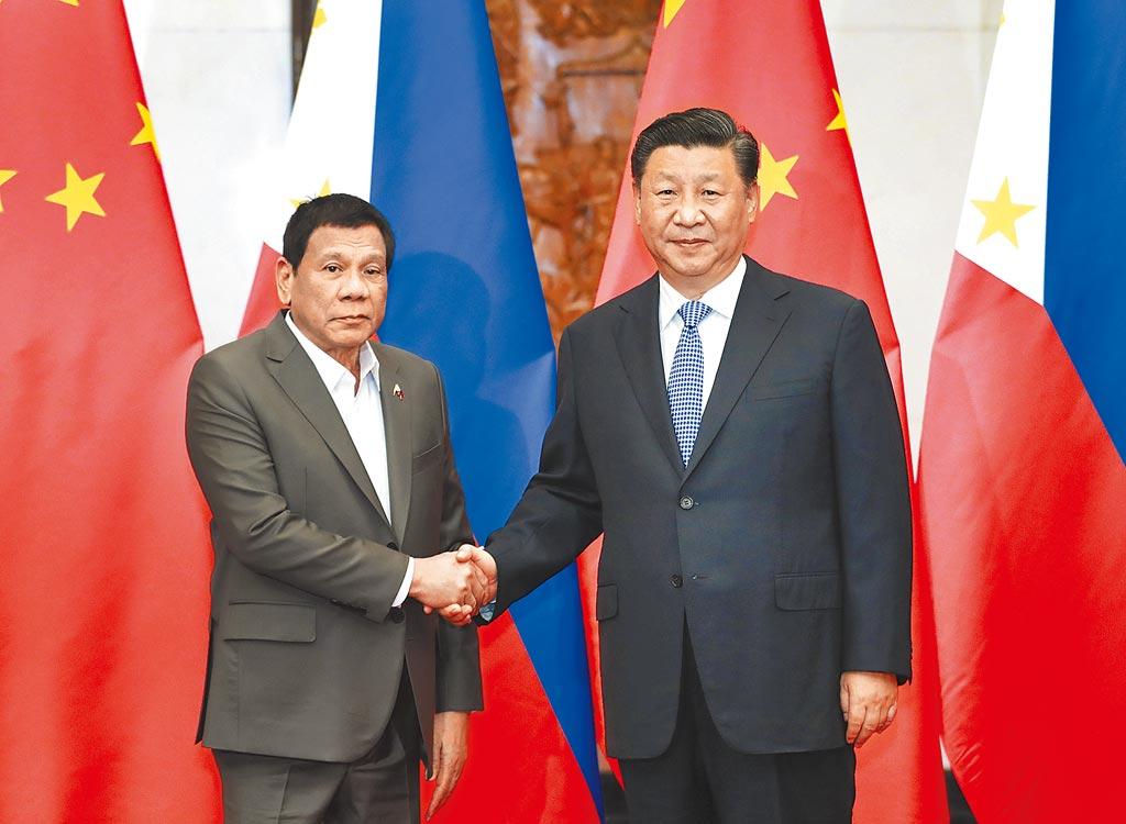 菲律賓總統杜特蒂(左)26日指出,中國從未參與南海仲裁,但質疑美菲支持仲裁案的主張是在煽動戰爭。圖為大陸國家主席習近平(右)2019年在北京會見杜特蒂。(新華社)