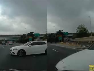 離譜駕駛逆上國道還橫停路中 遭擦撞車牌掉落露陷