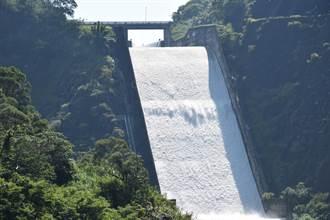 鯉魚潭水庫配合卓蘭電廠滿載發電 睽違678天滿水位溢流重現