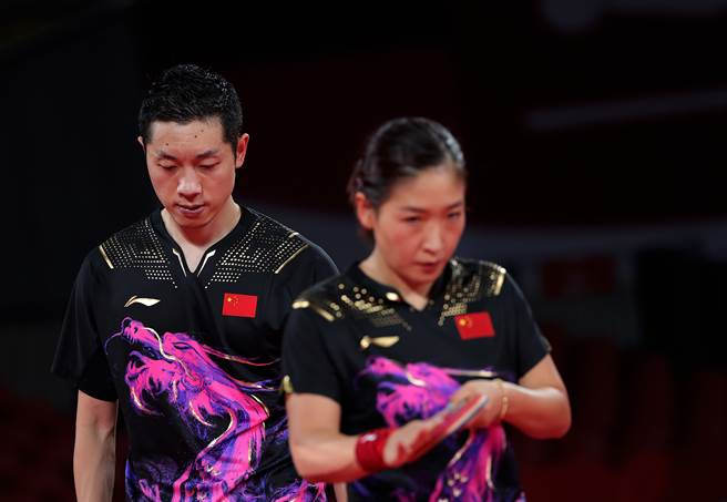 大陸桌球選手許昕(左)曾被譽為「有史以來最好的雙打選手,沒有之一」,劉詩雯(右)則是13歲就入選國家隊,兩人都是獲獎無數的頂尖桌球選手,不料這次男女混雙卻敗在日本隊手下。(圖/新華社)