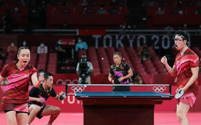 奧運首面桌球金牌之戰大陸隊輸給日本隊有些意外,中日之間有歷史上的仇怨,加上這幾年關係欠佳,輸球就更為氣惱。中日關係的氛圍也可能是選手比賽時情緒受影響的因素之一,難怪敗戰之後大陸選手會稱這場輸球「不能接受」。(圖/新華社)
