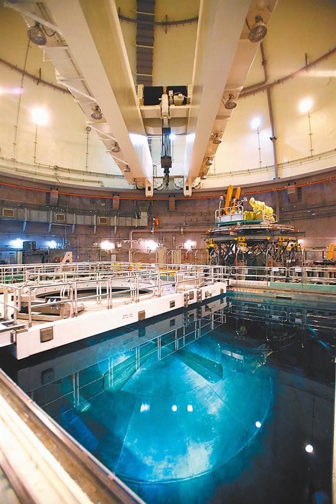 核二廠2號機反應爐27日緊急停機,原能會表示,經電廠現場檢查相關設備並無異常情形,初判是人為疏失導致。圖為核二廠2號機反應爐頂。(本報資料照片)