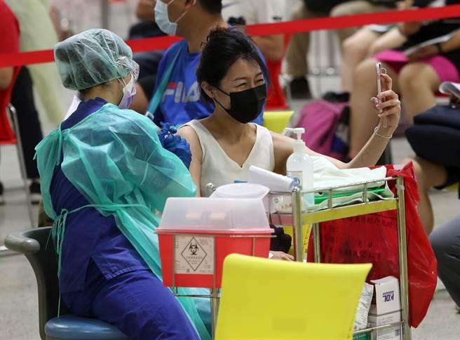 指揮中心昨日重啟疫苗意願登記平台,不少民眾加選AZ疫苗,卻發現須等第三輪495萬人接種完畢。(圖/示意圖,記者劉宗龍攝影)