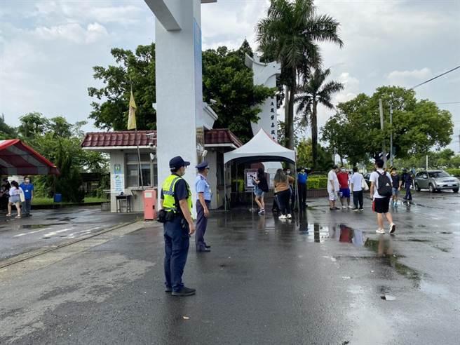 台南市白河警分局今天一早派遣員警執行交通疏導。(讀者提供/張毓翎台南傳真)