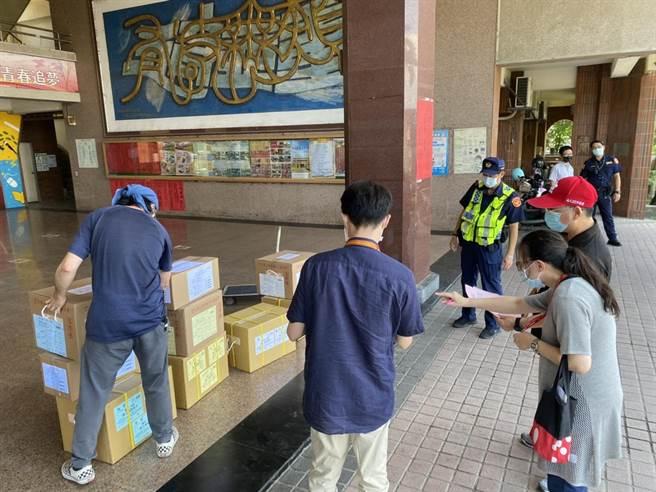 白河警分局昨日上午針對試卷及試卡存置派員進行安全維護。(讀者提供/張毓翎台南傳真)
