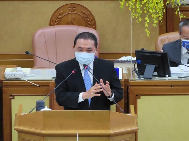 侯友宜市政總質詢 無黨議員嘆「衛福部長是侯友宜就好了」。(葉德正攝)
