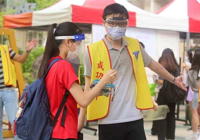110學年度大學指考28日登場,因應防疫規範,考生們入場前需檢查證件、量測體溫並全程配戴口罩。(張鎧乙攝)