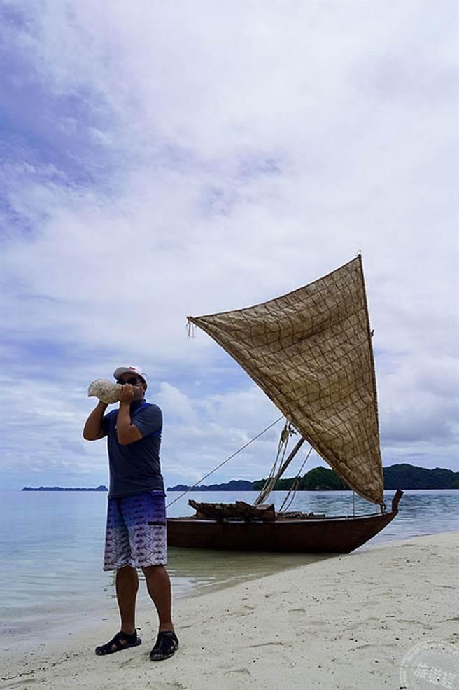 駐帛琉大使館周民淦大使吹響帛琉當地傳統的貝殼號角(圖:KKday提供)