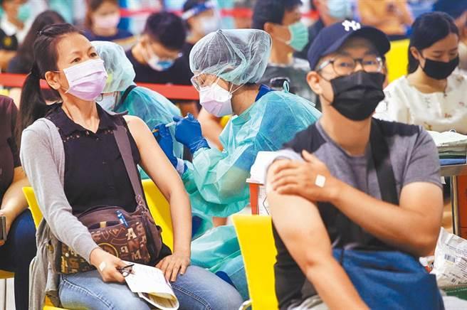 國產疫苗昨日上線,根據指揮中心數據顯示,僅0.5%人願意接受高端,對此,潘建志提俄羅斯人造衛星疫苗為例,希望台灣能借鏡。(圖/示意圖,報系資料照)