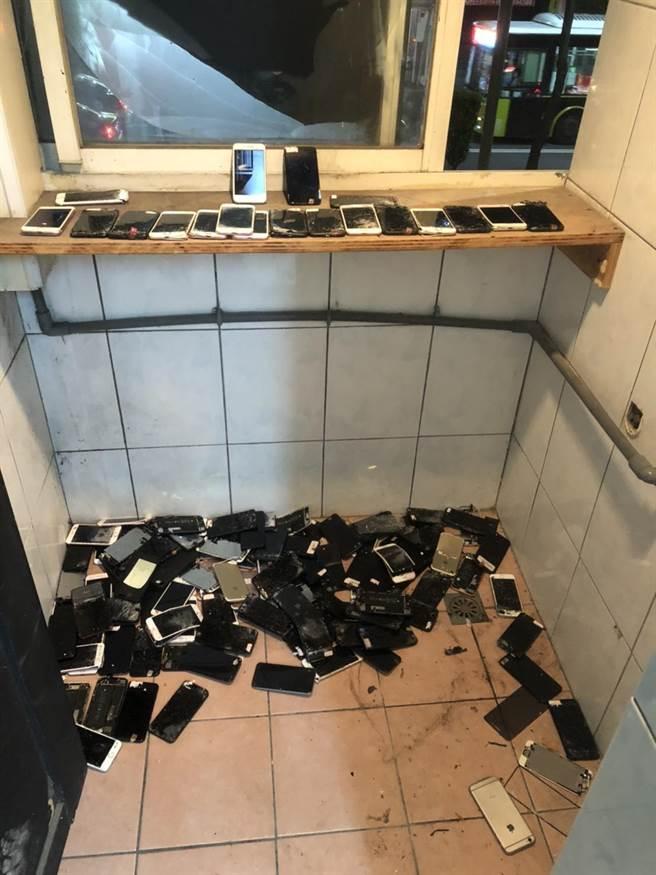 犯罪集團成員集中銷毀手機,企圖湮滅罪證。(王揚傑翻攝)