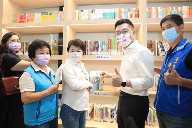 台中市長盧秀燕(左二)、立委江啟臣(右二)、市議員張瀞分(左一)、陳本添(右一)為圖書室的圖書上架。(王文吉攝)