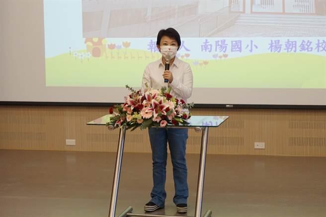 台中市長盧秀燕欣慰孩子們即可在安全、漂亮的環境下學習。(王文吉攝)