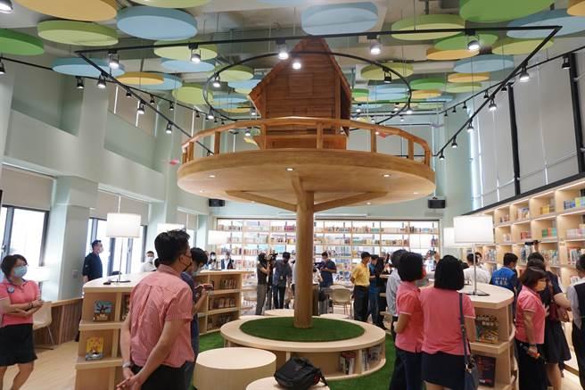 南陽國小圖書室以森林為設計理念,有實力成為網拍美點。(王文吉攝)