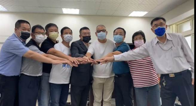 由新竹市議會國民黨團辦理的下屆新竹市長黨內初選全民調結果28日出爐,由林耕仁(右四)勝出。(陳育賢攝)