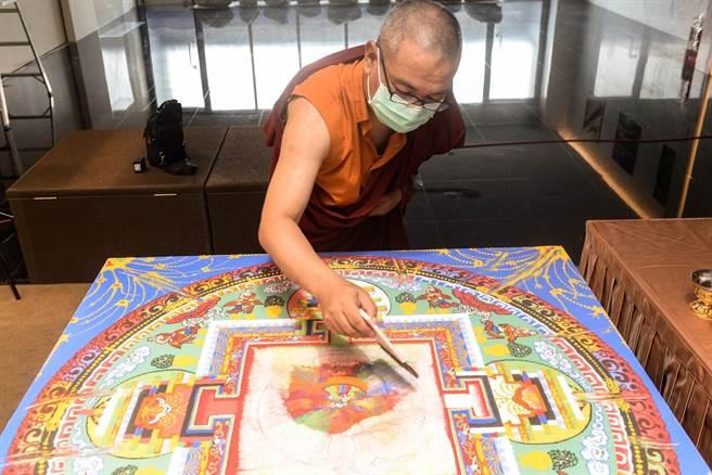 今天適逢觀音成道日,世界宗教博物館邀請在台藏僧義喜桑珠,在6樓的和平交流廳舉行「觀音沙壇城解界儀式」。(世界宗教博物館提供/林良齊台北傳真)