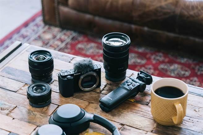 Sony 可換鏡數位相機 Alpha ZV-E10 可視需求搭配 E 接環系統多元焦段鏡頭,增加拍攝靈活度,讓創作不受限。(Sony提供/黃慧雯台北傳真)