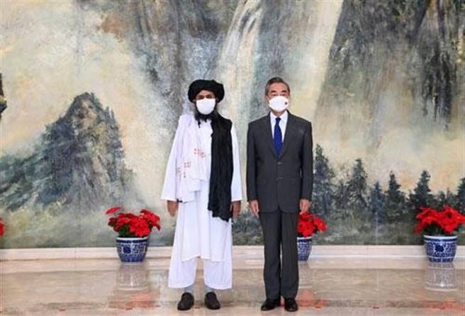 中國國務委員兼外長王毅(右)28日在天津會見來華訪問的阿富汗塔利班政治委員會負責人巴拉達爾。(摘自大陸外交部網站)