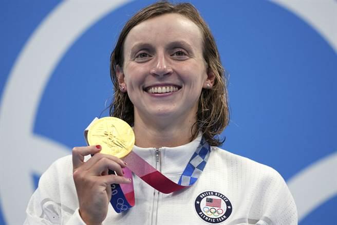 美國「女飛魚」雷德基今(28日)在女子自由式1500公尺決賽摘下東奧首金,也是個人奧運會的第6面金牌。(圖/美聯社)