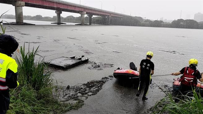 救難人員出動船艇在華江橋下搜尋。(王揚傑翻攝)