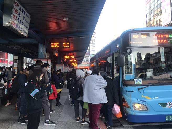 基隆市公車司機薪資收入大幅縮減三分之一,由於不符合中央紓困補助資格,導致生活陷入困頓。(陳彩玲攝)