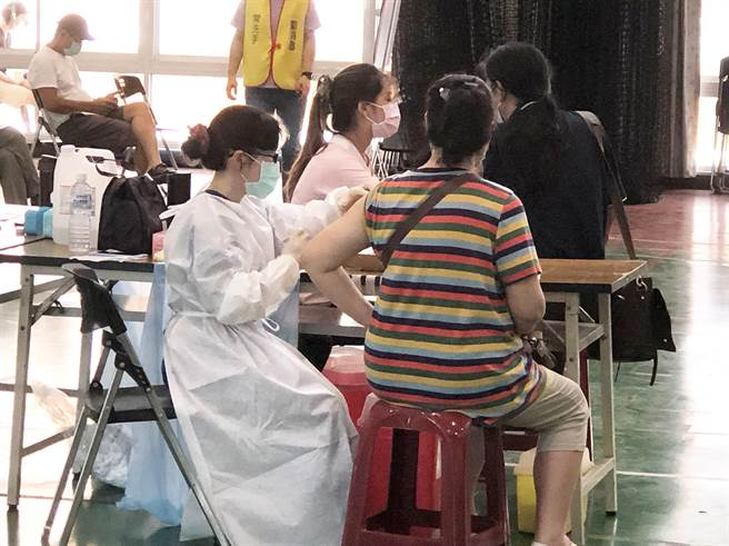 台中市政府規劃市議員暨公費助理及議會行政人員等共671人,29日在西屯區3處快打站施打疫苗。(陳世宗攝)