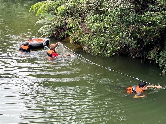 北觀處於6處山溝出水口附近25公尺,採生態人工方式捕抓。(北觀處提供/陳彩玲基隆傳真)