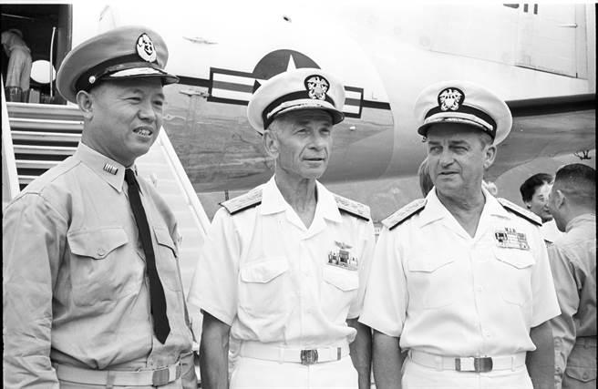 1962年,美第七艦隊司令薛伊中將暨夫人自香港來台作兩天的辭行訪問。中國海軍總司令黎玉璽上將及美國協防司令梅爾遜中將至機場歡迎。(徵信新聞攝影組攝)