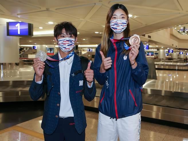 東京奧運台灣柔道、跆拳道代表團28日下午搭機返國,獲得銀牌的「柔道男神」楊勇緯(左),以及拿下銅牌的「新國民女友」羅嘉翎(右),成為全場焦點。(陳麒全攝)