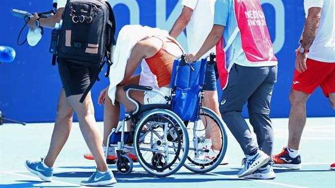 西班牙女將芭多莎在單打比賽受到熱傷害,被迫放棄8強賽。(路透)