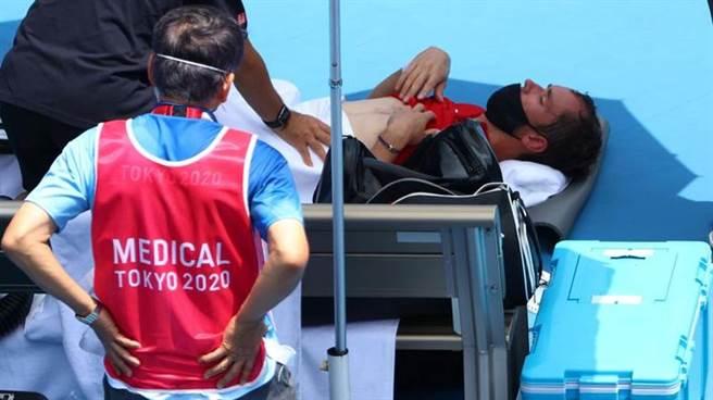 ROC男單選手麥維德夫叫暫停休息乘涼。(路透)
