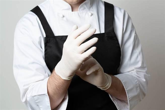 重症醫疾呼:戴手套防疫反有2大風險 搞錯重點了。(示意圖/Shutterstock)