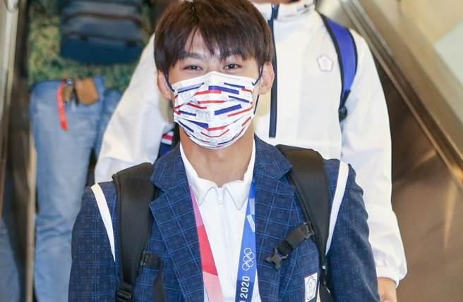 「柔道男神」楊勇緯今日搭機返回台灣,成為全場焦點。(陳麒全攝)