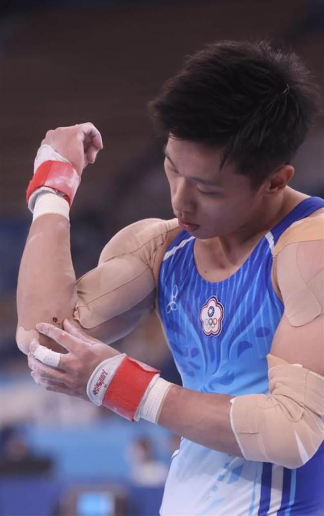 台灣體操好手李智凱28日出戰東京奧運體操男子全能決賽,在拿手的鞍馬項目失誤,手肘擦傷。(中央社)