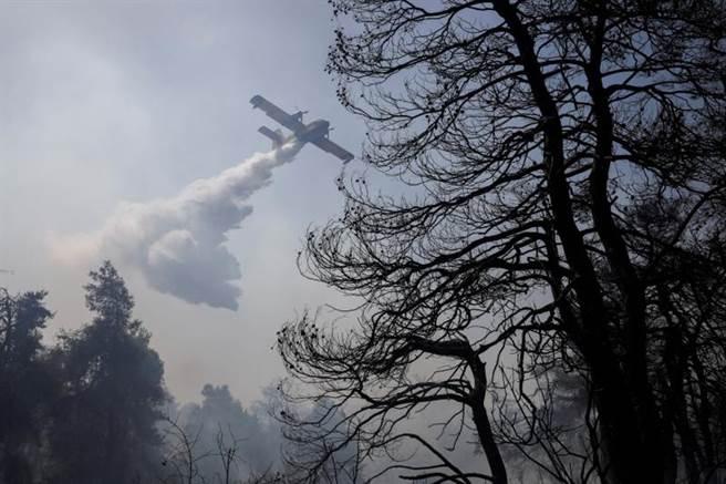 極端氣候再增2個歐洲國家受害,圖為希臘一架消防飛機在村莊附近撲滅野火。(路透社)