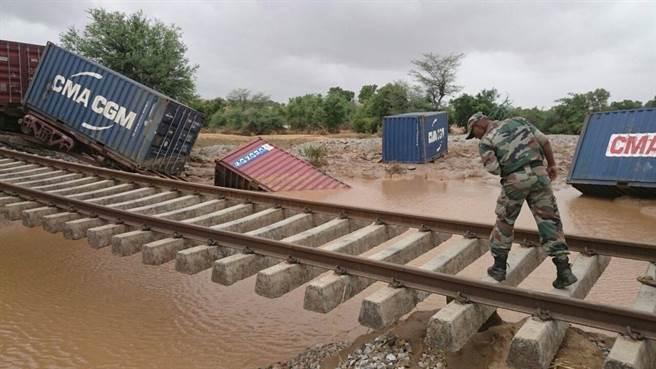 專家警告,印度於東北邊境的鐵路工程,恐增加當地遭遇自然災害的風險。圖為印度陸軍修復一段遭洪水沖毀的鐵路。(圖/印度陸軍臉書)