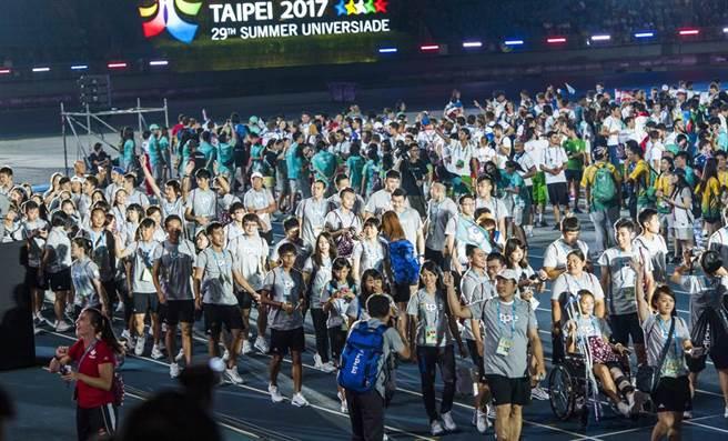 2017台北世大運創下史上最佳26金34銀30銅表現,閉幕典禮進場時受到觀眾熱烈歡呼。(鄭任南攝)